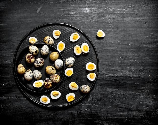 プレートにゆでウズラの卵。