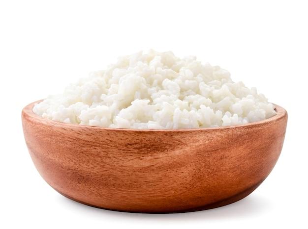 Вареный рис в макро деревянная тарелка на белом фоне. изолированные