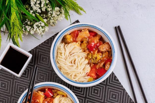 Отварная рисовая лапша с брокколи, курицей и болгарским перцем в сладком соусе
