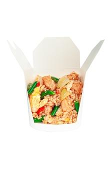 닭고기와 야채를 곁들인 밥. 배송 상자에. 성분이 보입니다. 확대. 흰색 배경. 외딴.