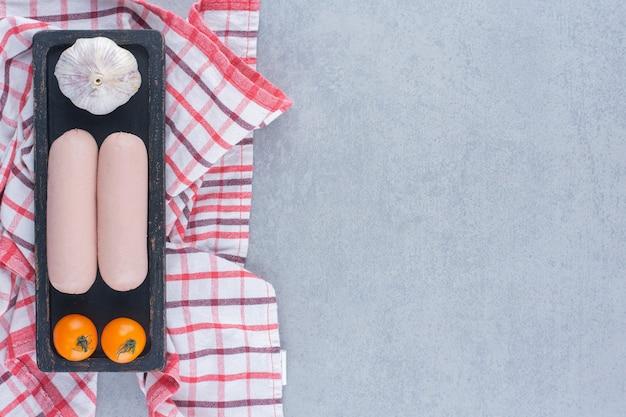 トマトとにんにくのゆでソーセージ。