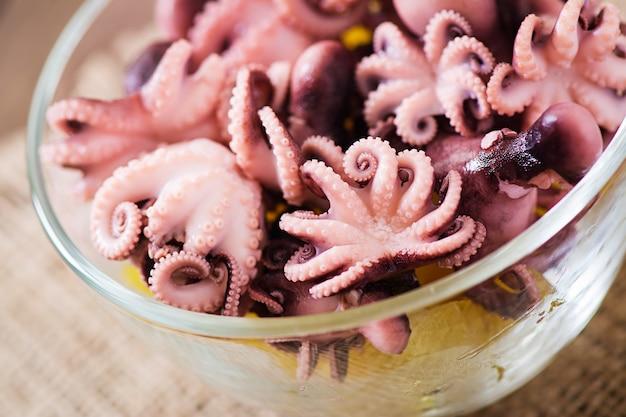 Вареный маленький осьминог на тарелке