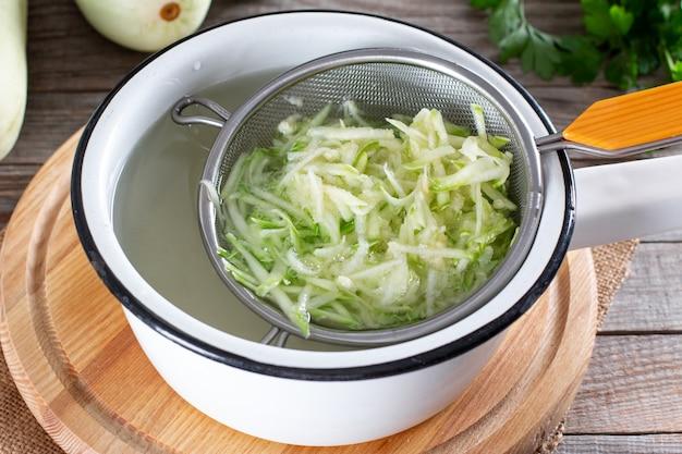 ゆで野菜、ズッキーニ、湯通し。冷凍食品のコンセプト。