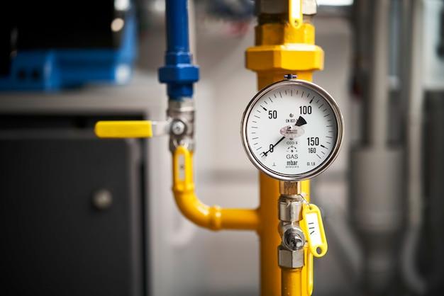 ボイラー室の黄色いガス圧力計のクローズアップ。