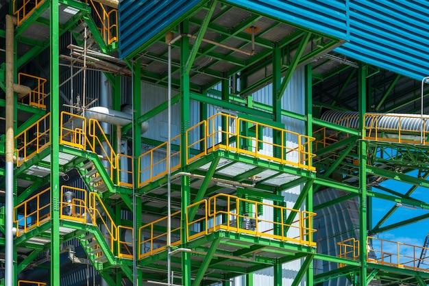 ボイラータワーとバイオマス発電所の機器