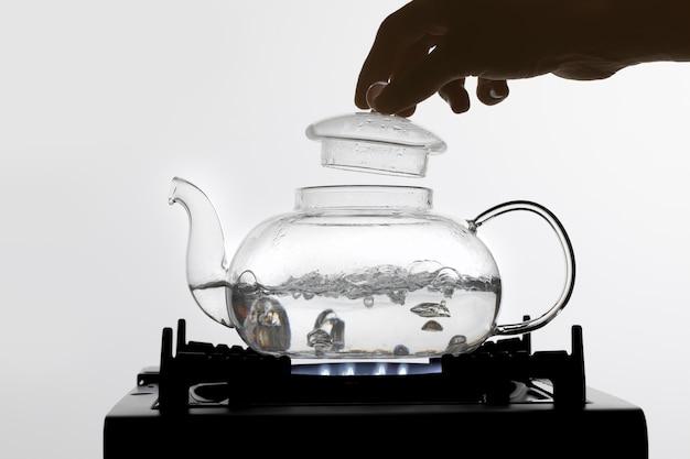 차 배열을 위한 끓는 뜨거운 물