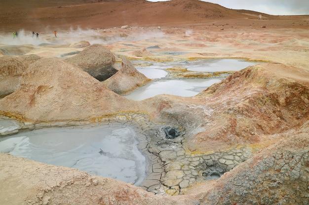ボリビアのソルデマナナまたは朝日地熱地帯の沸騰した泥湖
