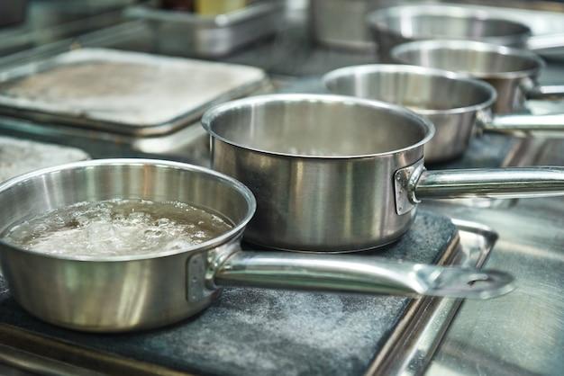 Кипяток в металлической кастрюле для приготовления макарон. кухонное оборудование