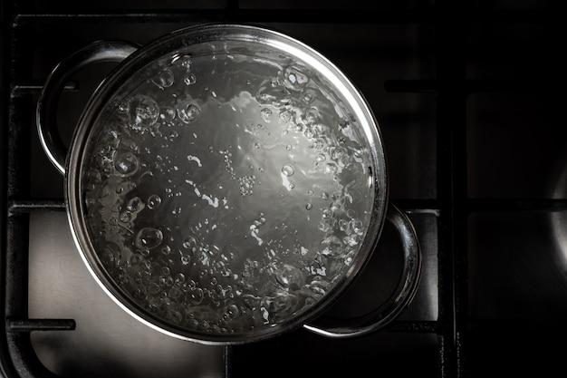 난로에 냄비에 끓는 물.