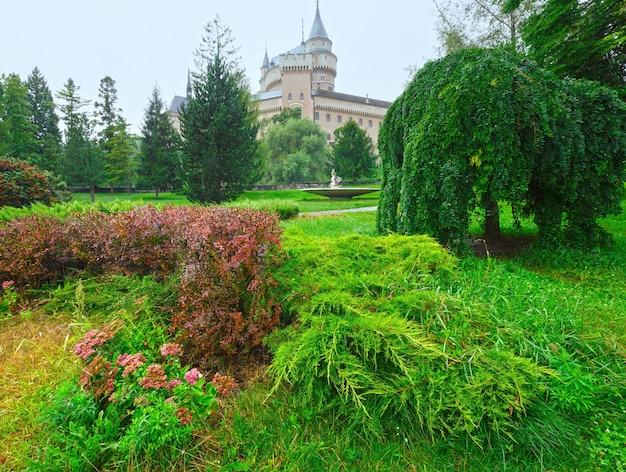 보이 니체 성 (슬로바키아). 여름. 12 세기에 지어졌으며 1889-1910 년에 재건되었습니다.