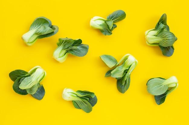 黄色の背景にチンゲン菜。