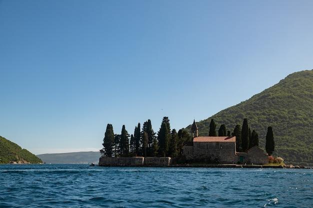 ボカコトル湾、ペラスト市、モンテネグロ。アドリア海。山と海に囲まれた美しい旧市街。夏のヨーロッパのリゾート。聖ジュラのカトリック修道院