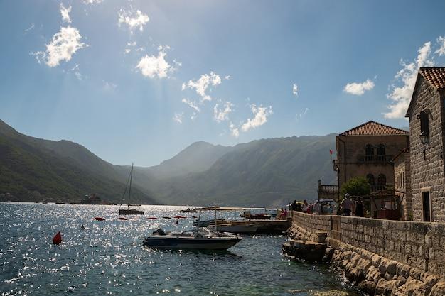 ボカコトル湾、ペラスト市、モンテネグロ。アドリア海。山と海に囲まれた美しい旧市街。夏のヨーロッパのリゾート。