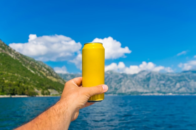 乾杯してビールを飲みながら、boka kotorska bay沿いのヨットでセーリングします。