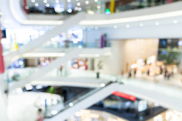 ボケの抽象的なぼかしのショッピングセンター内の光