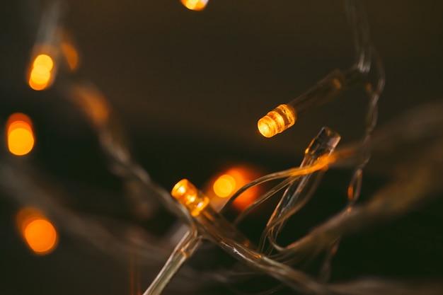 휴일 화환의 bokeh 빛을 닫습니다.