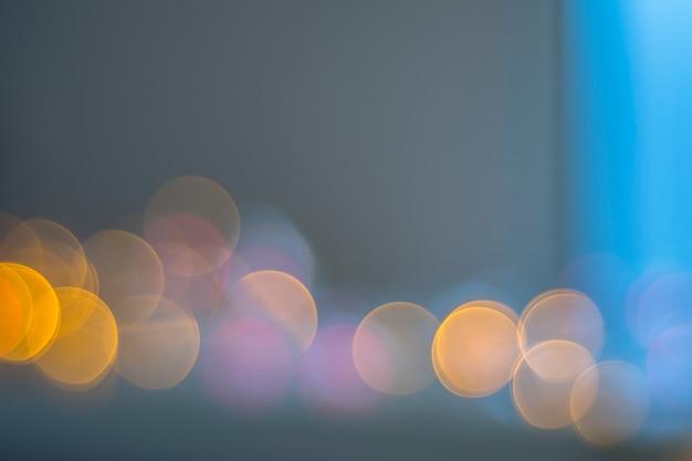背景にライトのbokeh。