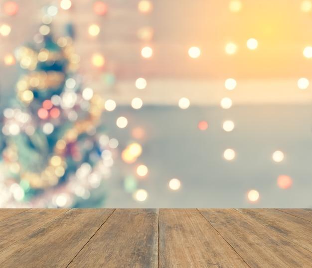 ボケ、またはぼんやりとしたクリスマスの背景に壁紙や商品の表示用のコピースペース。
