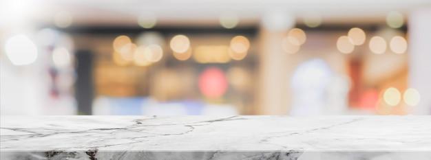 Белая каменная столешница и размытое кафе bokeh и фон баннера ресторана с винтажным фильтром - могут использоваться для отображения или монтажа ваших продуктов.