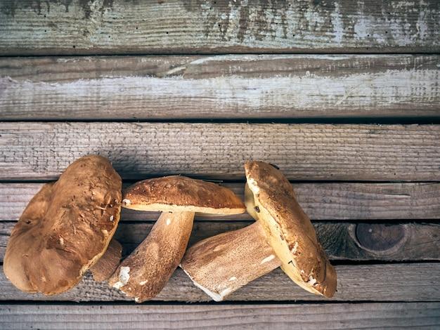 木製の背景にヤマドリタケ。