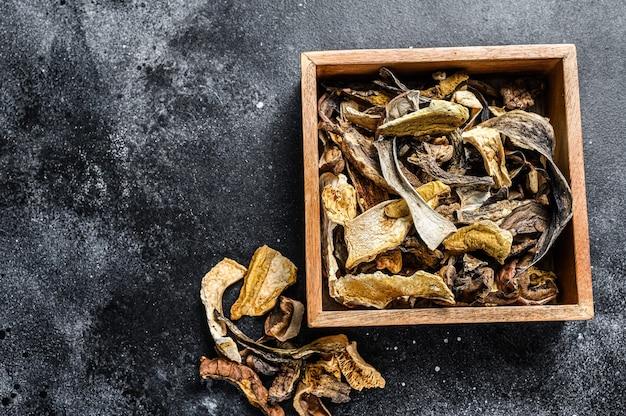 Подберезовики сушеные грибы в деревянном ящике