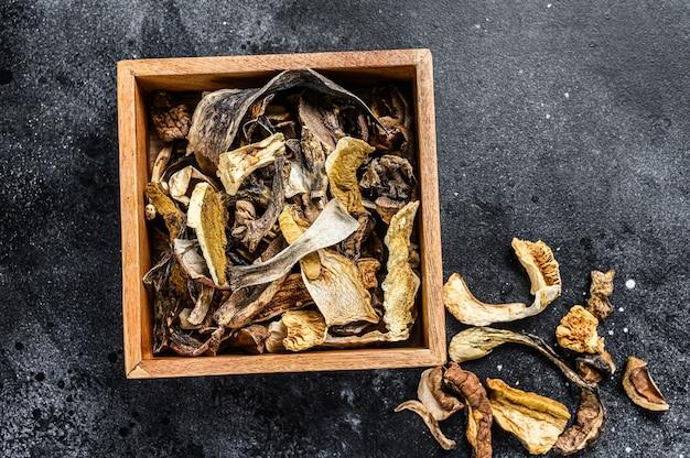木製の箱の中のポルチーニ野生乾燥キノコ