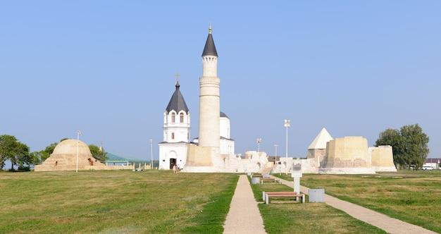 Город болгар, татарстан, россия: успенская церковь и соборная мечеть