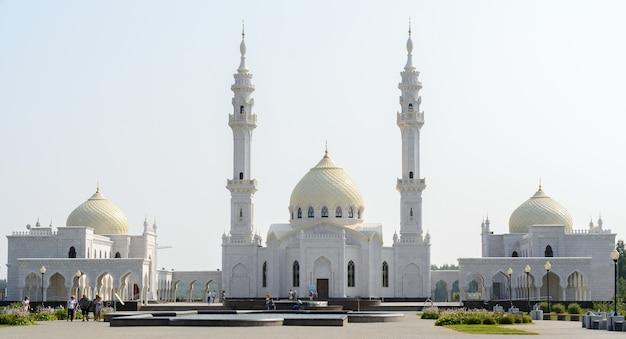 Город болгар, татарстан, россия: белая мечеть Premium Фотографии