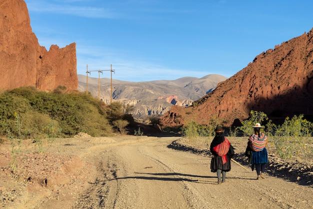 未舗装の道路沿いのボリビアの人々