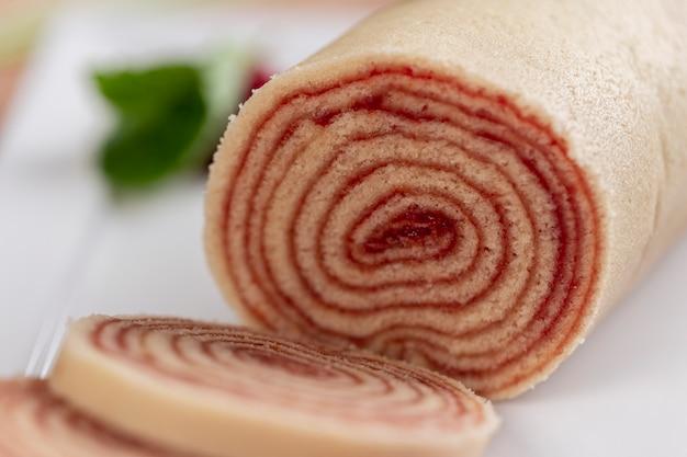 ペルナンブコ州の典型的なブラジルのデザート、bolo de rolo(スイスロール、ロールケーキ)。グアバペーストを詰めたスライスケーキロール。