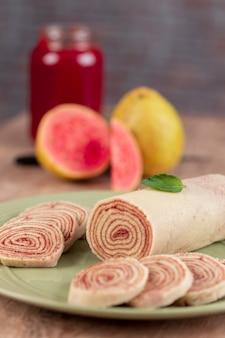 Боло-де-роло (швейцарский рулет, рулет) - типичный бразильский десерт из штата пернамбуку. нарезанный рулет с начинкой из гуавы.