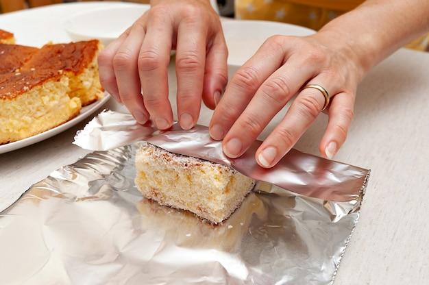Bolo geladoはブラジルのケーキです。アルミホイルにココナッツを振りかけたケーキを包みます