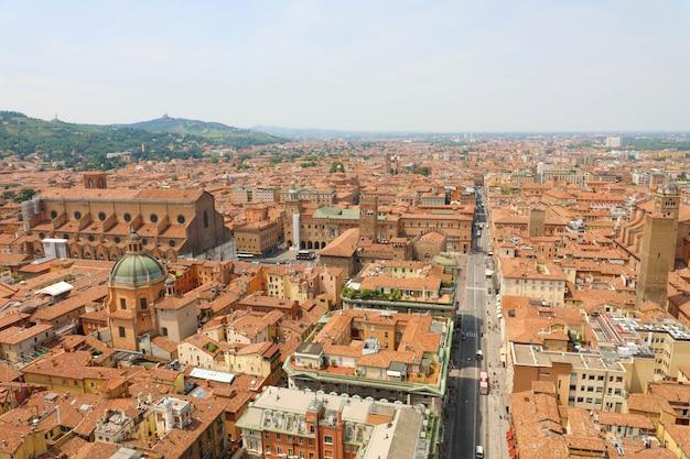 リッツォーリ通り前景、イタリアの中世の風景と塔から旧市街のボローニャ空中都市の景観