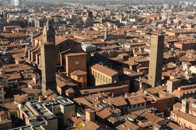 ボローニャ市のスカイラインのパノラマ空中写真、イタリア
