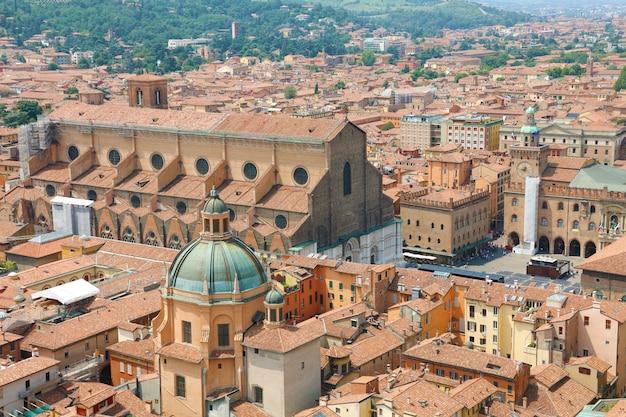 イタリア、ボローニャのマッジョーレ広場にあるサンペトロニオ教会のある古い中世の町の中心部のボローニャの街並み