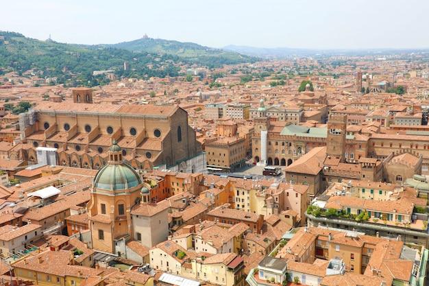 Болонский городской пейзаж старого средневекового центра города с базиликой сан-петронио на площади пьяцца маджоре в болонье, италия