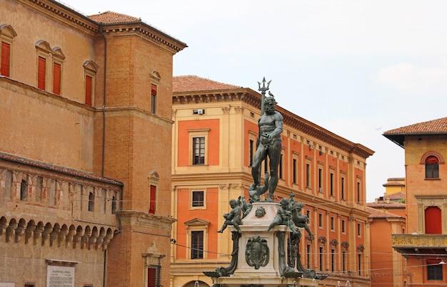 Достопримечательности болоньи: фонтан нептуна - монументальный городской памятник.