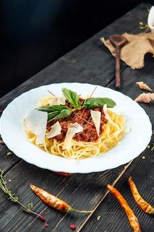 Болоньезские спагетти с бальзамическим сыром пармезан