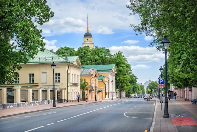 Большая никитская улица и старые здания в москве в солнечный летний день
