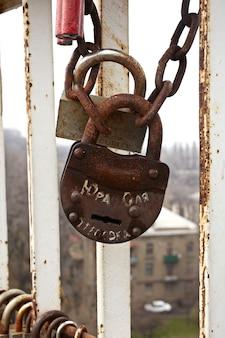 Болт на мосту, киев