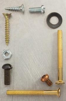 금속 배경 텍스처에서 볼트, 나사 및 너트 도구