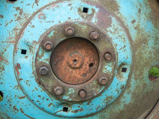 오래 된 녹슨 바퀴 트랙터의 허브에 볼트 바퀴를 닫습니다