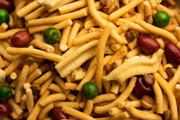 ボンベイミックスまたはチャナチュールまたはチウダまたはファルサンは、インドのスナックミックスであり、インドで人気のティータイムフードです。