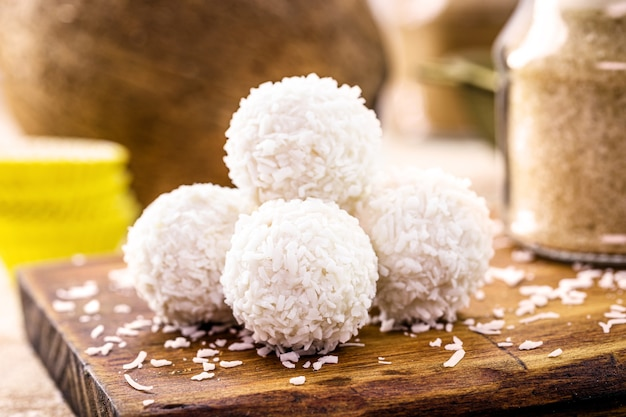 自宅でココナッツミルクを使って作ったココナッツキャンディーのボンボンまたはキャンディー、ビーガンスイート