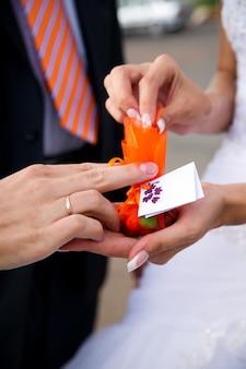 新婚夫婦の手にボンボニエーレ