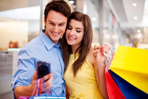 Связь пара, глядя на мобильный телефон