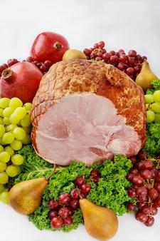 신선한 과일을 곁들인 순살 돼지 고기 햄. 건강한 음식. 부활절 식사.