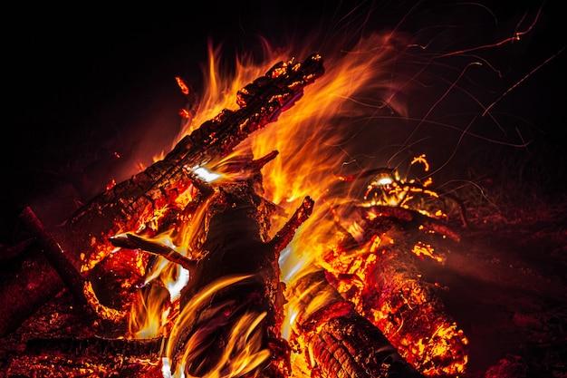 森の中の夜の焚き火は、夜に燃える森から火花を散らします。