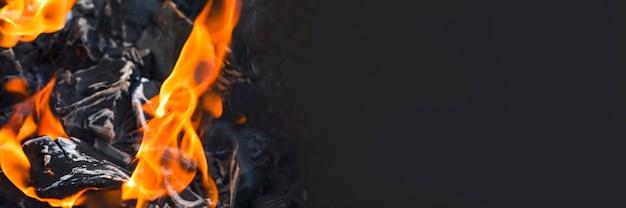 Костер угли барбекю угли с огнем крупным планом процесса горения древесного угля для барбекю