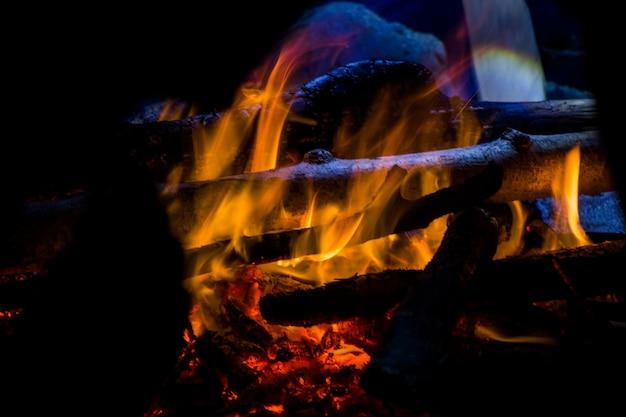 焚き火、火と灰、青と黄色の色